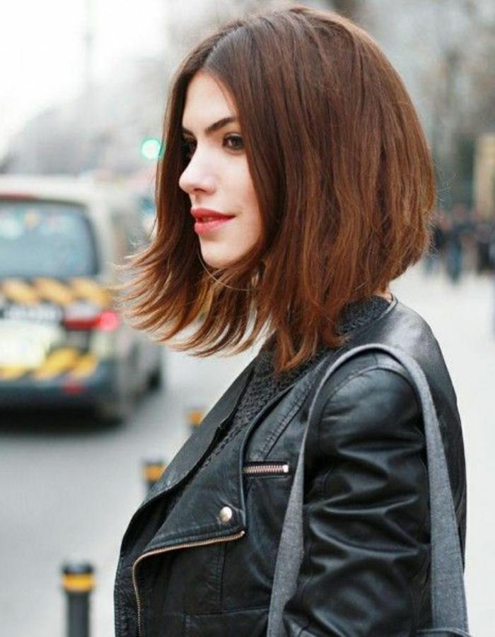 coupe-cheveux-court-femme-2015-femme-avec-veste-en-cuir-noir-levres-rouges