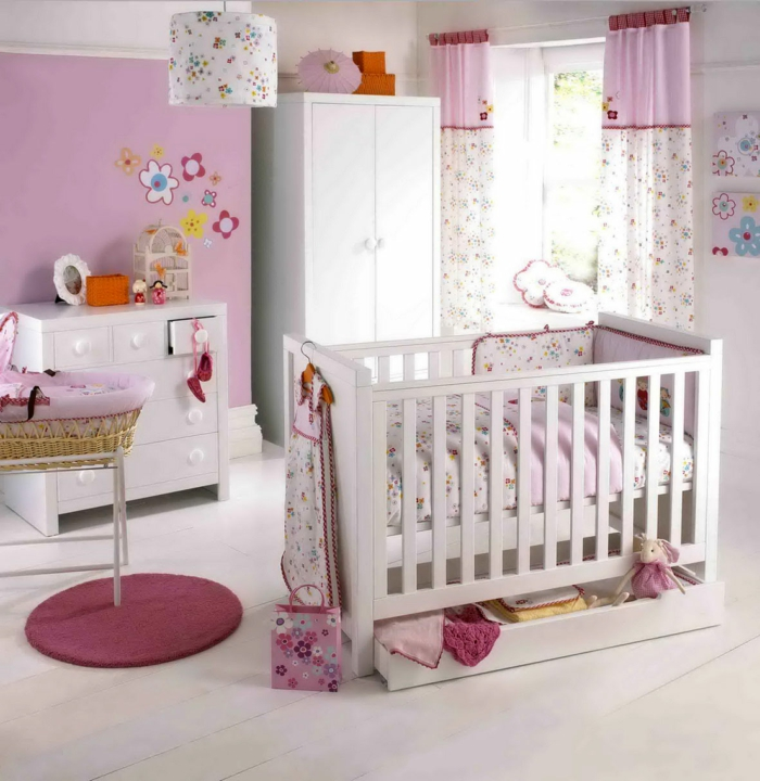 deco-chambre-bebe-fille-belle-en-couleur-idées-originalies-lit-coussets