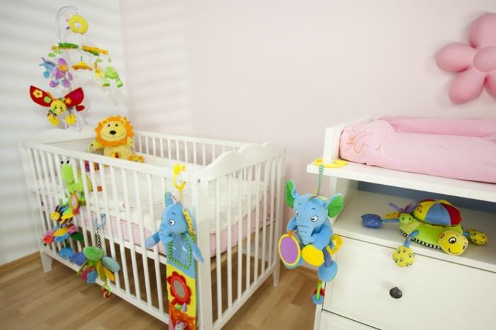deco-chambre-bebe-fille-belle-en-couleur-idées-originalies-peluches