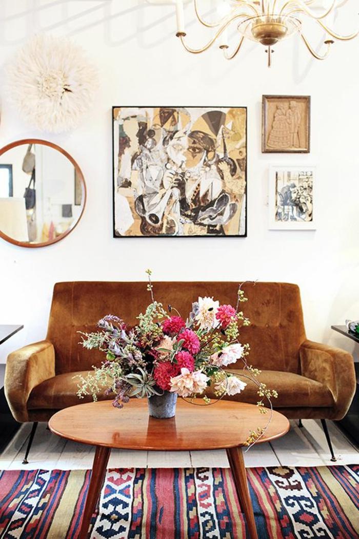 deco-salon-marocain-avec-canape-marron-tapis-colore-fleurs-sur-la-table-en-bois