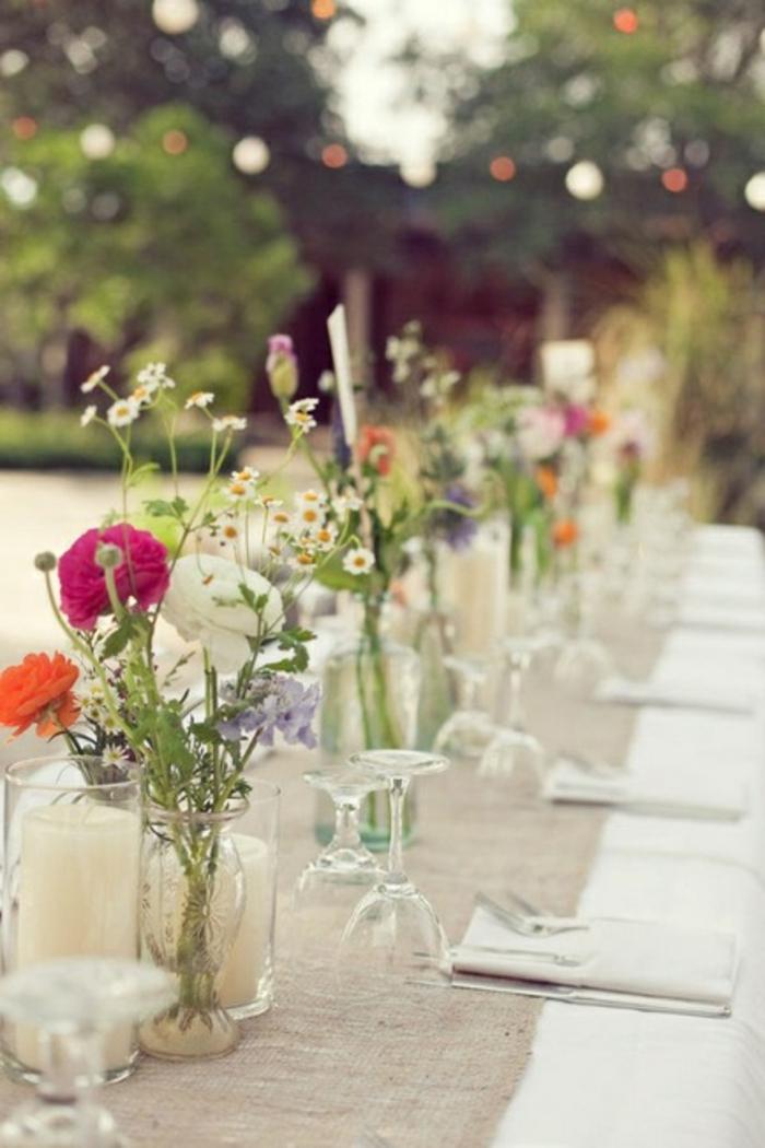 decoration-avec-bouquet-champetre-sur-la-table-et-une-chemin-de-table-en-lin-beige