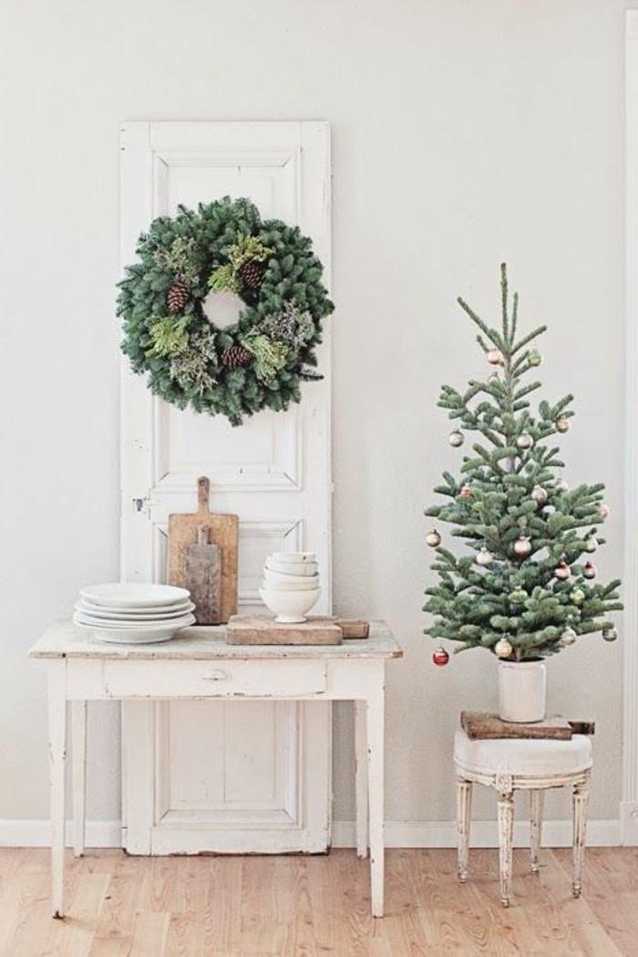 decoration-de-noel-branche-de-sapin-vert-pour-la-porte-d-entrée-exterieur-moderne-