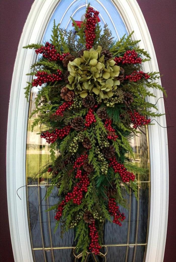 decoration-de-noel-branche-de-sapin-vert-pour-la-porte-d-entrée-exterieur-moderne