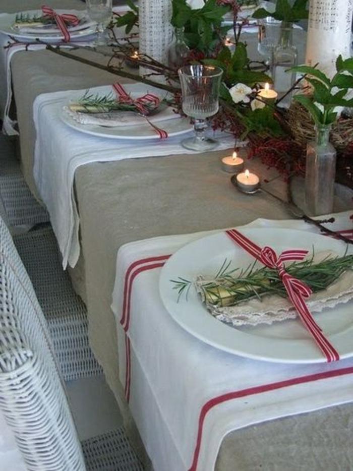 decorer-la-table-avec-branche-de-sapin-vert-decoration-pour-la-table-de-noel