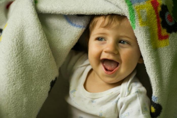 enfant-heureux-sous-un-couverture