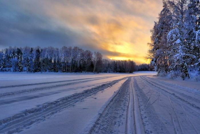 enneigement-belle-photo-montage-et-neige-vue-magnifique-coucher-du-soleil