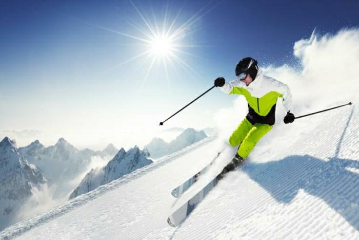 enneigement-belle-photo-montage-et-neige-vue-magnifique-faire-du-ski-pro
