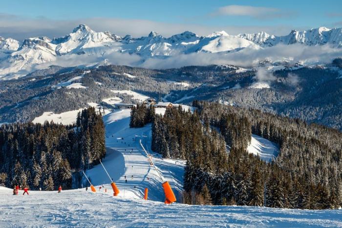 enneigement-belle-photo-montage-et-neige-vue-magnifique-faire-du-ski