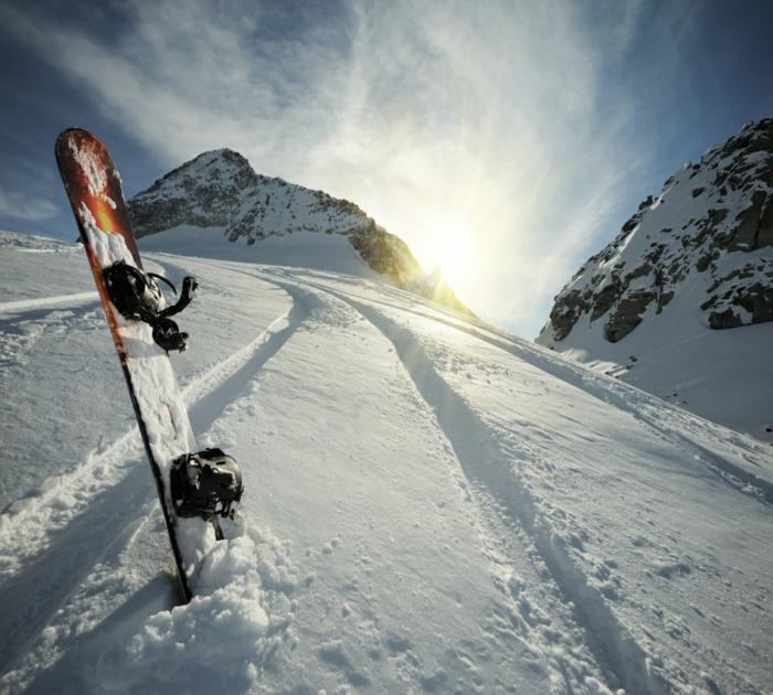 enneigement-belle-photo-montage-et-neige-vue-magnifique-la-montagne-snowboard