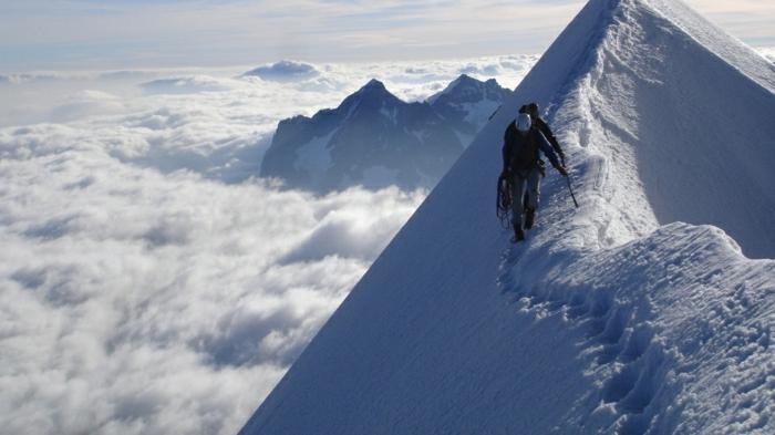enneigement-belle-photo-montage-et-neige-vue-magnifique-marcher-cool-homme