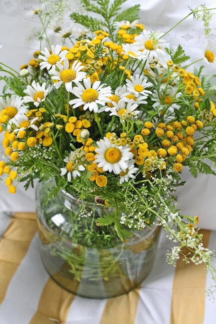 enorme-bouquet-de-fleurs-pour-decorer-la-table-une-jolie-idee-pour-decoration-de-table-avec-fleurs
