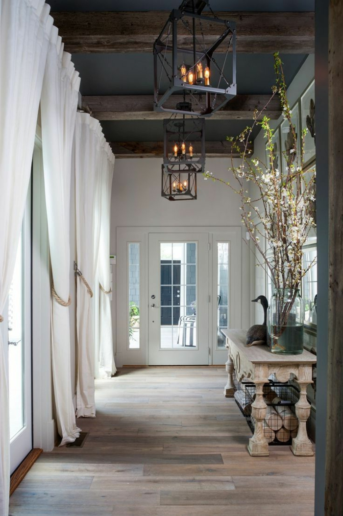 entree-avec-plafond-en-bois-poutre-decorative-poutre-chene-avec-rideaux-blancs-longs