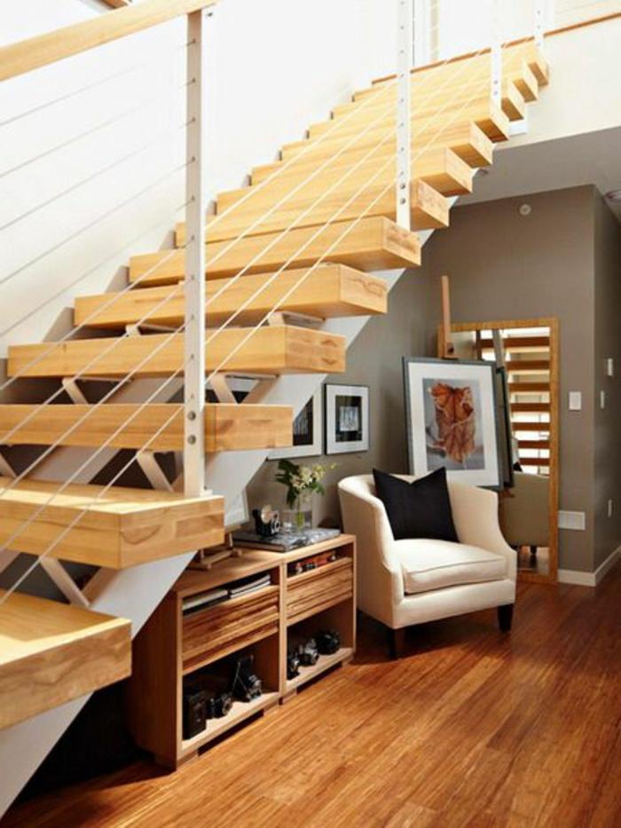 escalier-tournant-en-bois-clair-pour-creer-le-meilleur-interieur-chez-vous-sol-en-parquet