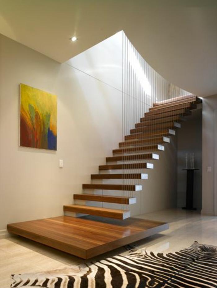 escalier-tournant-en-bois-pour-avoir-un-couloir-moderne-avec-tapis-en-peau-de-zebre
