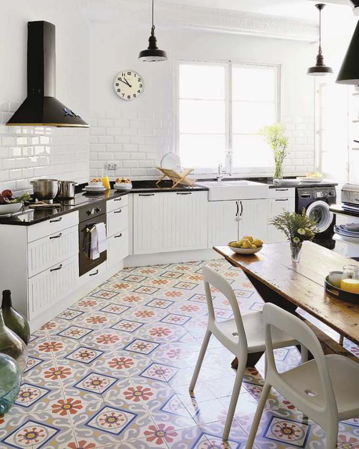 carreaux-de-ciment-cuisine-lumineusegrande-table-rectangulaire-en-bois
