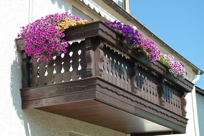 fleurir-son-balcon-avec-fleurs-d-exterieur-modernes-joli-exterieur-moderne-pour-la-terrasse-en-bois