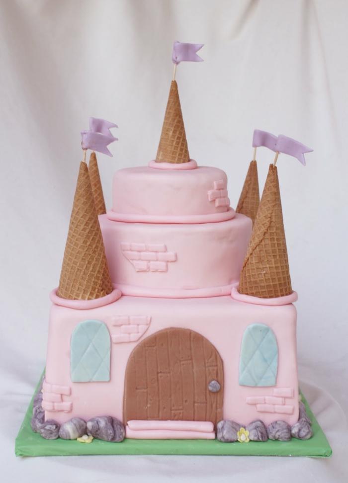 gâteau-chateau-anniversaire-de-fille-tour-castel-en-rose-fleurs-flags-couleur-rose-et-conne