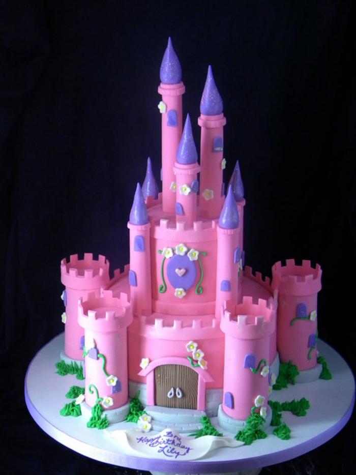 gâteau-chateau-anniversaire-fille-en-rose-neon-et-violet-connes-de-glace-pour-faire-les-tours