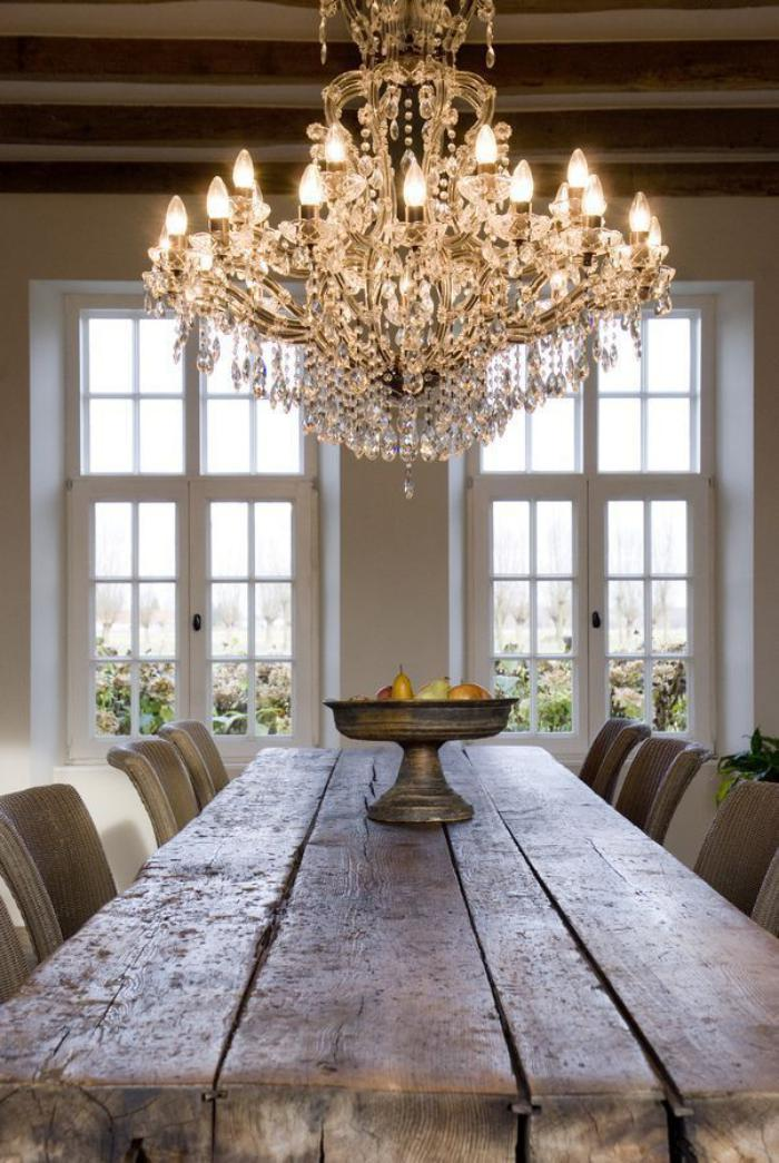 grand-lustre-à-pampilles-décoré-d'ampoules