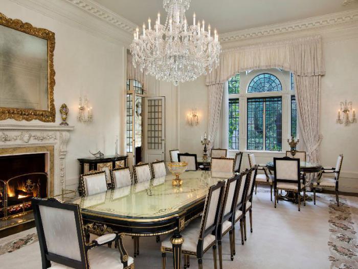 grand-lustre-chandelier-cristal-grande-table-ovale-en-matériaux-luxueux