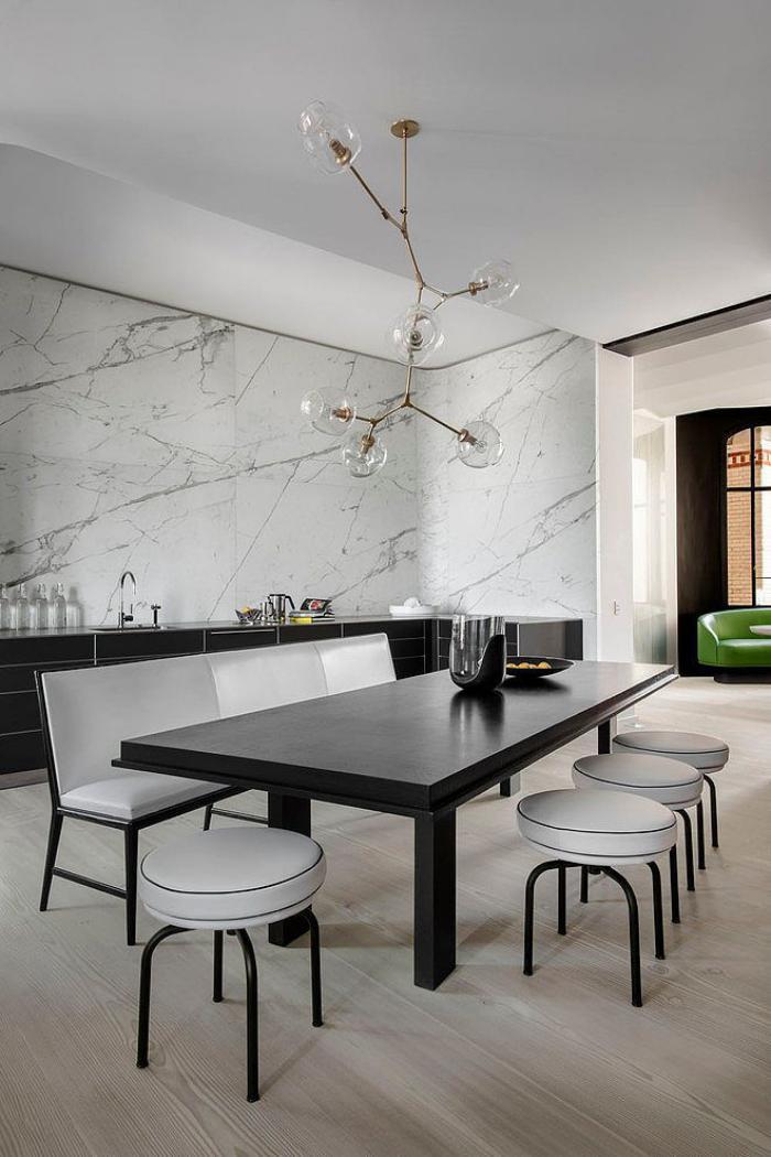 D corer les salles et les entr es avec un grand lustre for Table suspendue au plafond