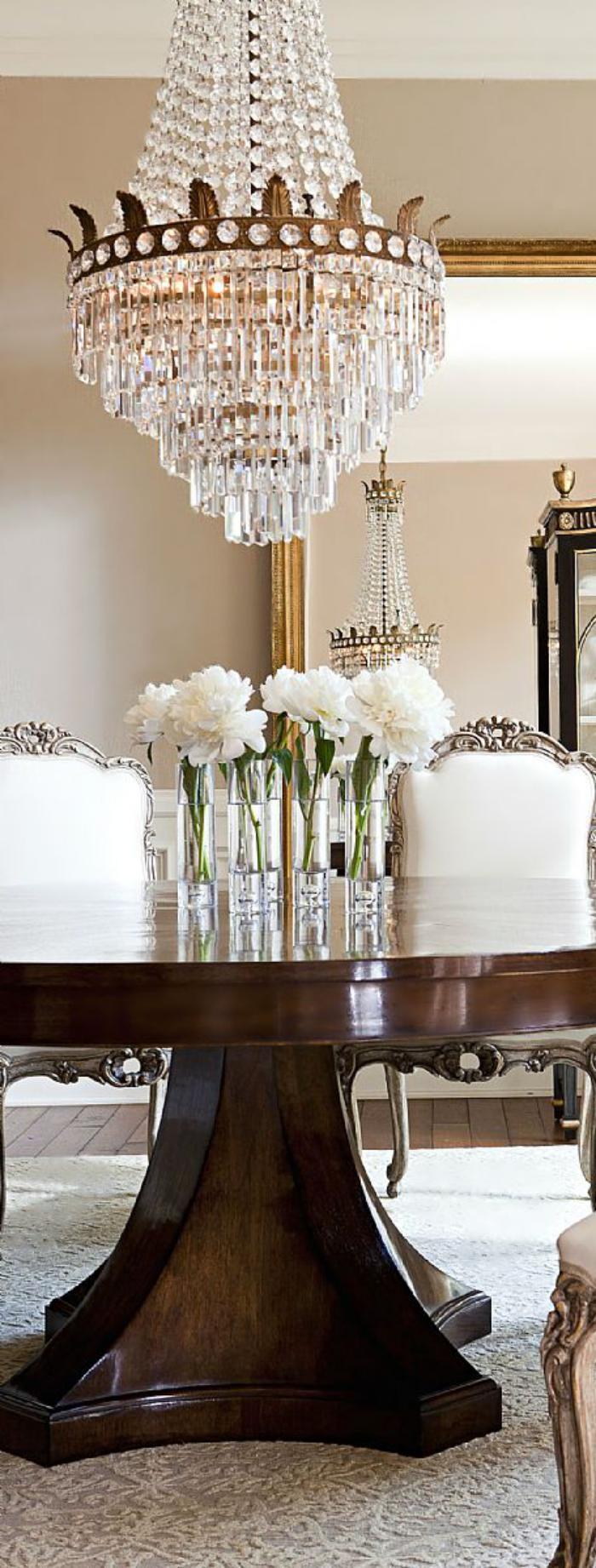 grand-lustre-déciration-fantastique-avec-un-chandelier