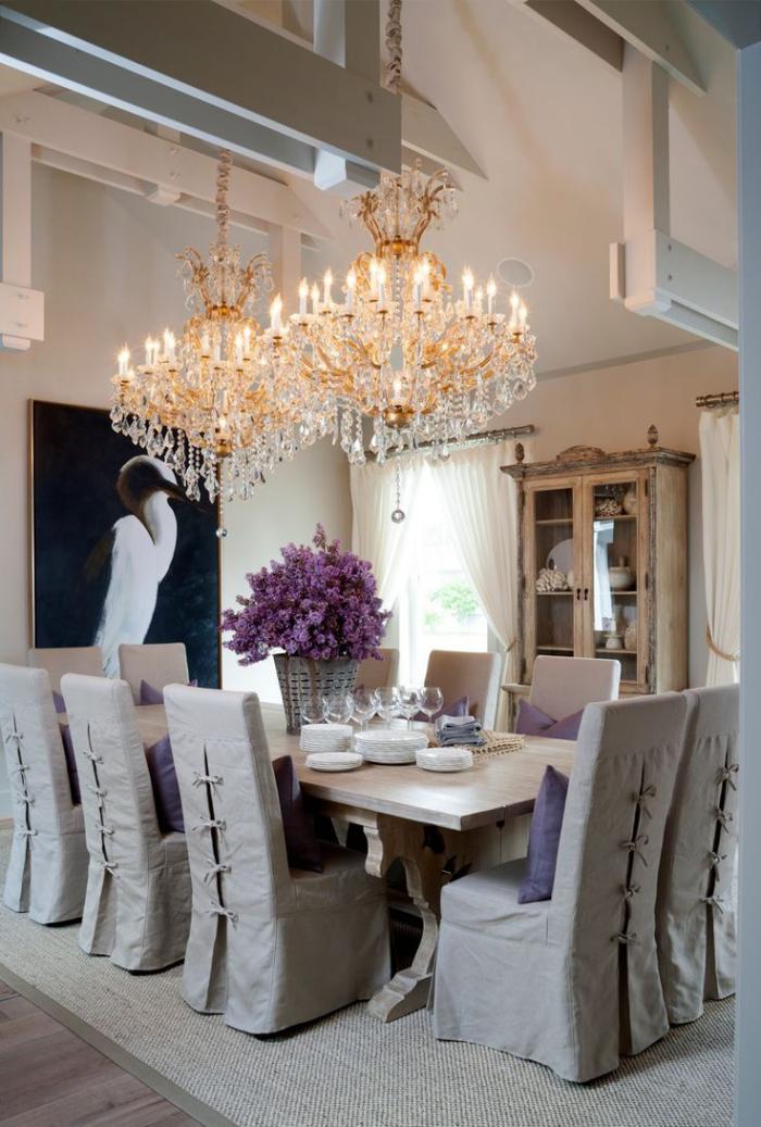 D corer les salles et les entr es avec un grand lustre - Lampe au dessus d une table ...