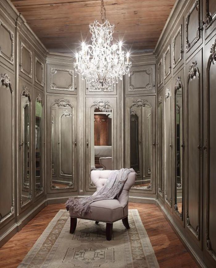grand-lustre-en-cristal-dans-un-dressing-vintage-très-joli