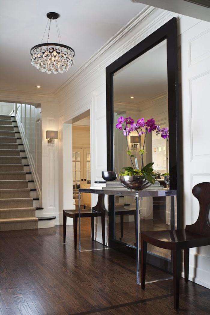 grand-lustre-et-grand-miroir-rectangulaire-dans-l'entrée