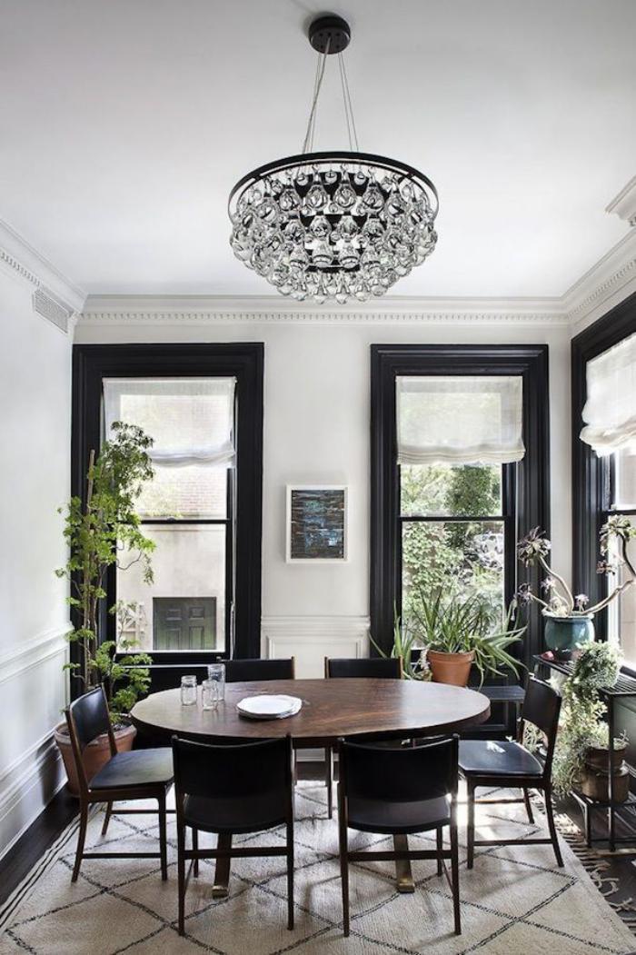 grand-lustre-jolie-suspension-moderne-au-dessus-d'une-table-de-déjeuner