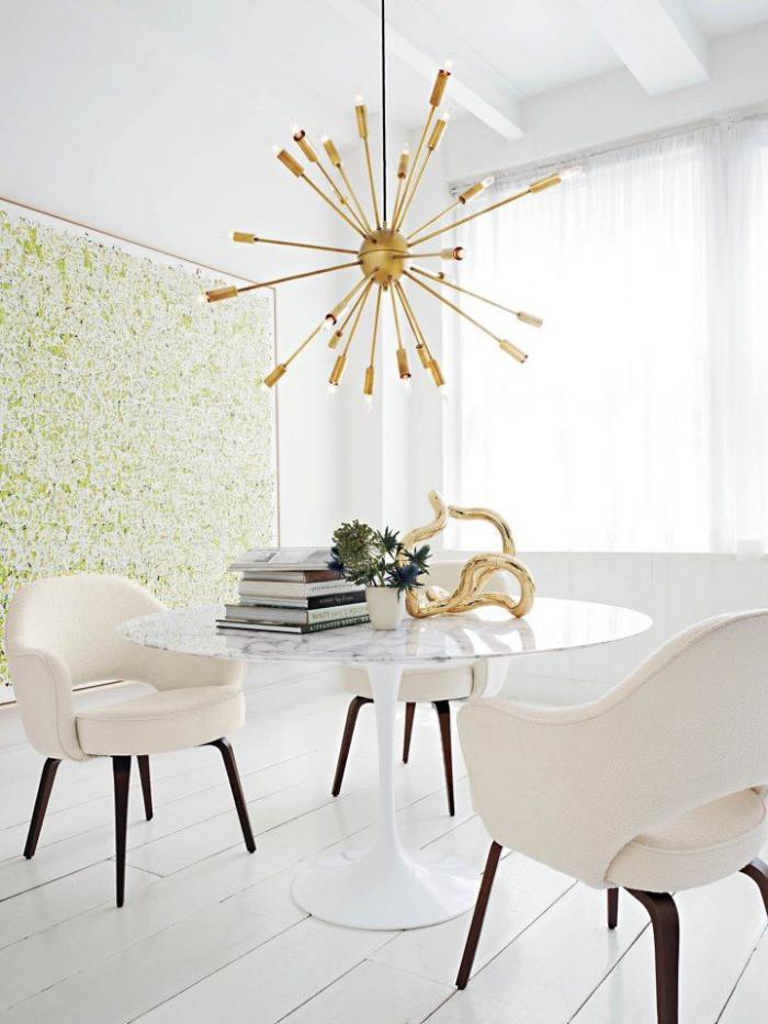 grand-lustre-moderne-table-ronde-et-chaises-en-bois-et-textile