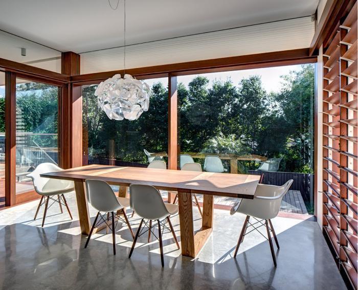 grand-lustre-original-salle-de-déjeuner-lumineuse-et-grande-table-en-bois