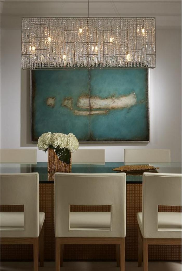 grand-lustre-rectangulaire-et-peinture-abstraite