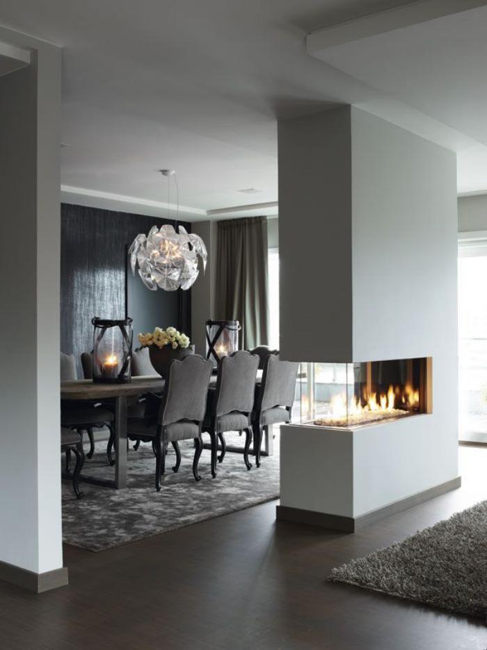 grand-lustre-salle-de-déjeuner-moderne-cheminée-ouverte