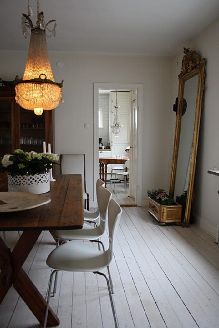 grand-lustre-sol-en-lattes-blanches-et-table-en-bois