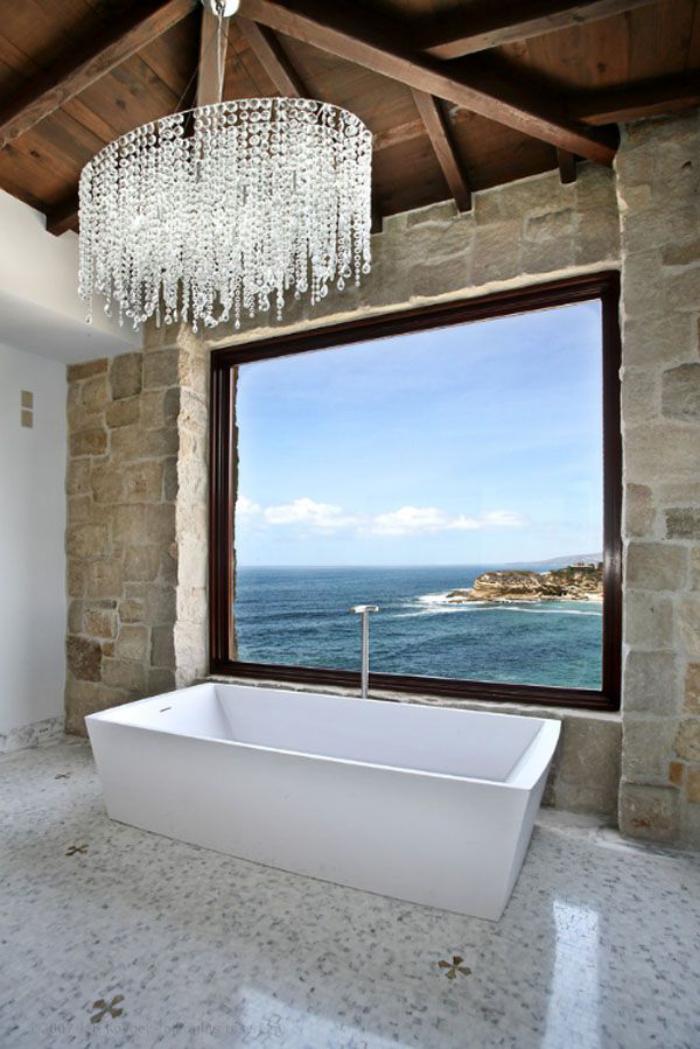 grand-lustre-suspension-impressionnante-au-dessus-de-la-baignoire-blanche