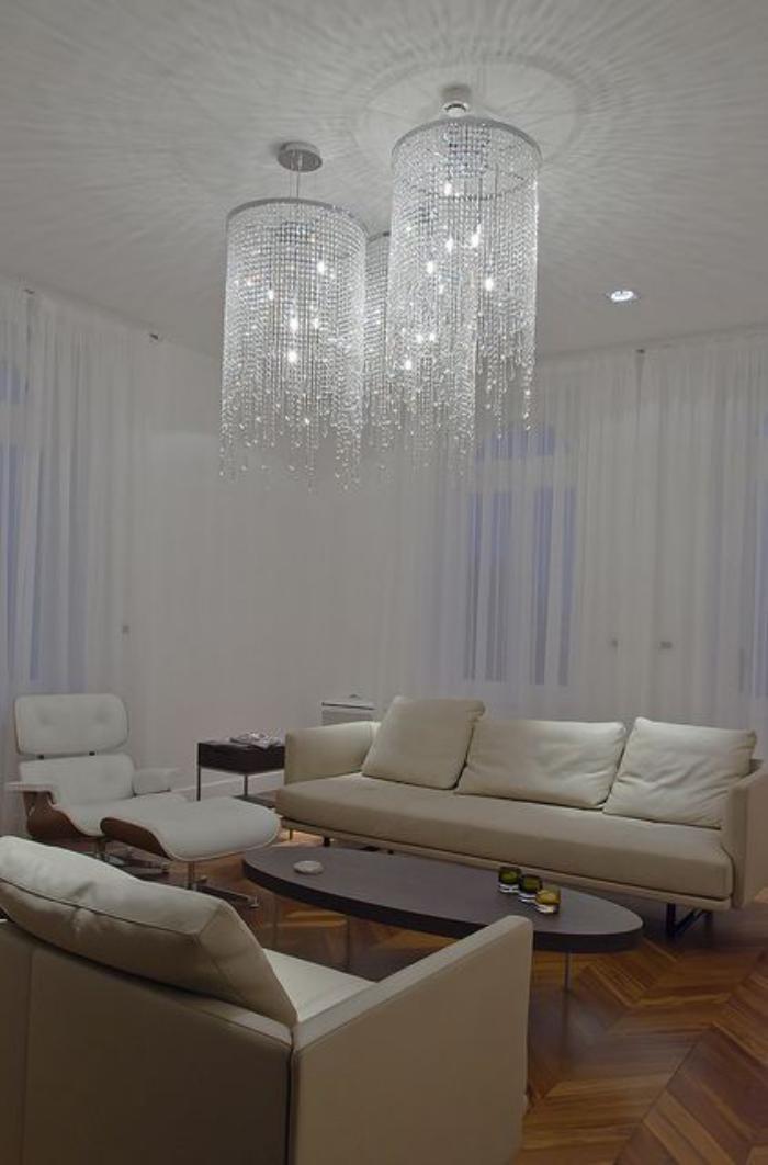 grand-lustre-trois-luminaires-féériques-sofas-en-couleur-crème