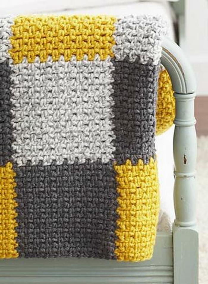 grand-plaid-pour-canapé-colore-jaune-et-gris-protege-canape-avec-une-couverture