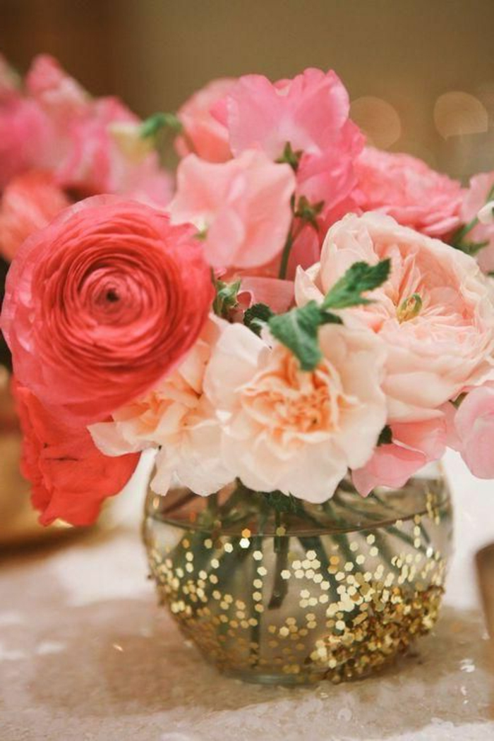 un gros bouquet de fleurs pour cr u00e9er une d u00e9coration de table