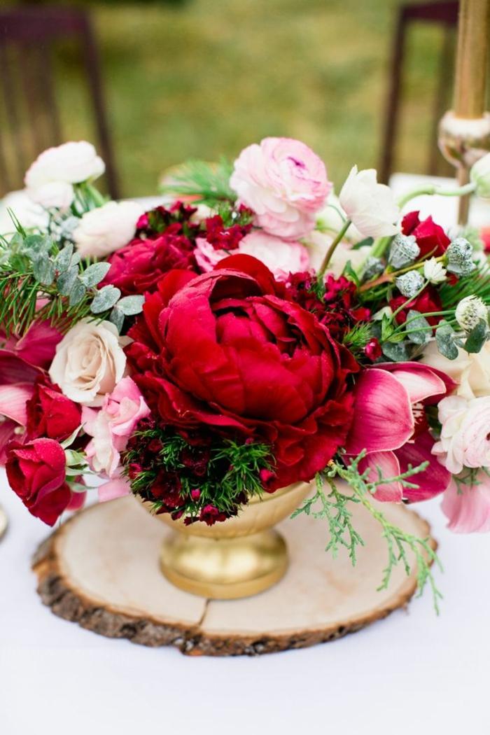 gros-bouquet-de-fleurs-rouges-comment-bien-decorer-la-table-avec-fleurs-jolie-decoration