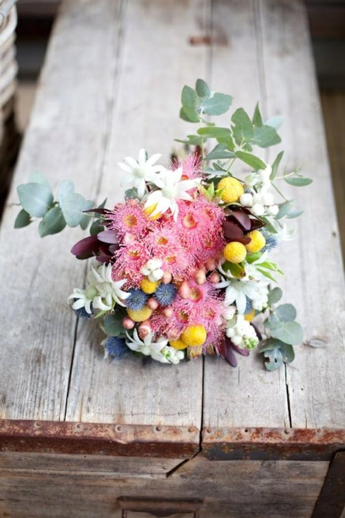 gros-bouquet-de-fleurs-sur-la-table-comment-decorer-la-table-avec-bouquet-champetre-