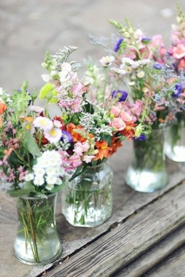 gros-bouquet-de-fleurs-sur-la-table-en-bois-massif-de-jardin-decoration-pour-la-table-avec-fleurs