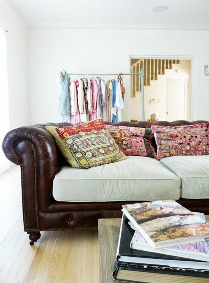 gros-coussin-canapé-en-cuir-marron-sol-en-parquet-clair-decoration-salon-murs-blancs