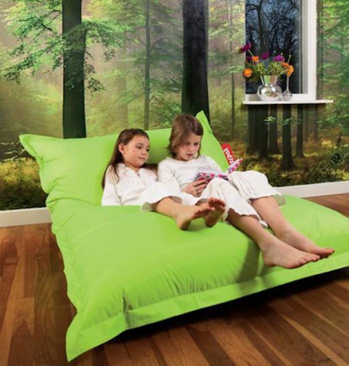 gros-coussin-gifi-vert-pour-vos-enfants-sol-en-parquet-foncé-mur-avec-papier-peint-trompe-l-oeil