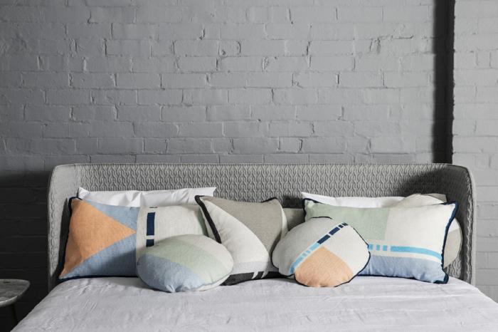 gros-coussins-pour-canape-mur-gris-dans-le-salon-moderne-coussins-salon-moderne