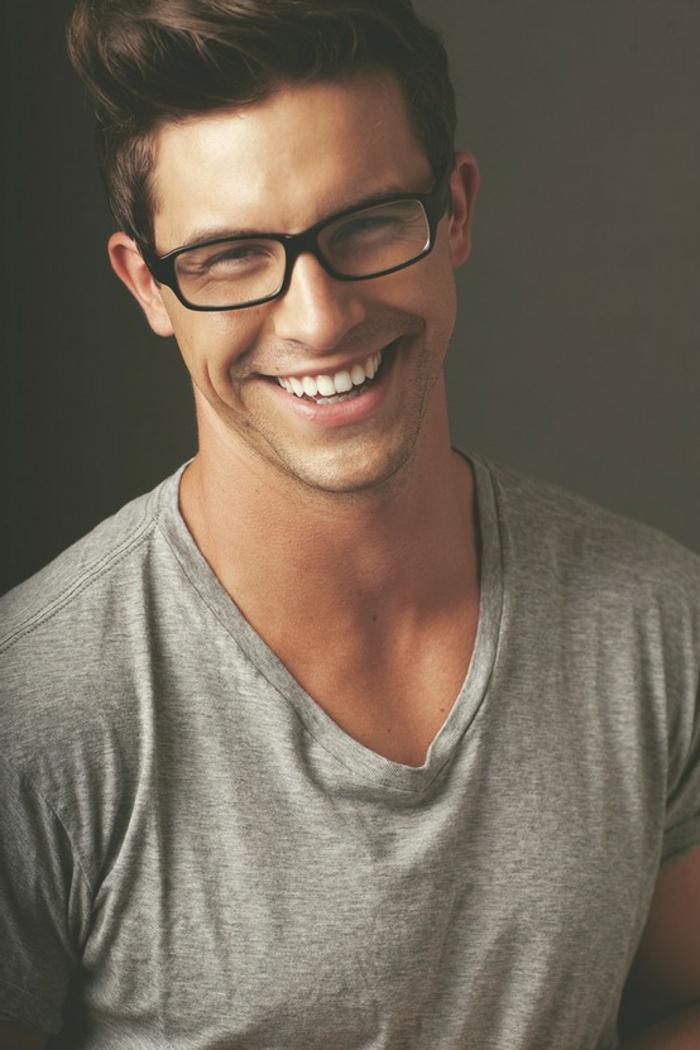 hippster-lunette-de-soleil-t-shirt-hipster-homme-gosse-souriant