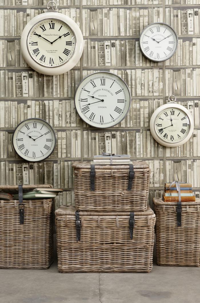 horloges-murales-blanches-et-papier-peint-intéressant