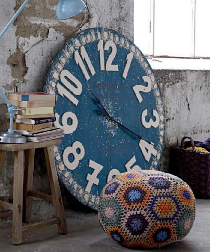 horloges-murales-grande-horloge-bleue-et-tabouret-pouf
