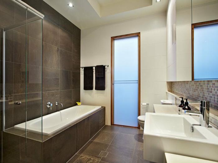 Le carrelage salle de bain quelles sont les meilleures for Salle de bain avec baignoire
