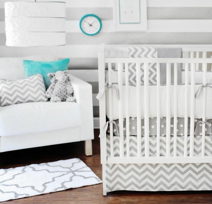 idée-chambre-bébé-decoration-originale-jouets-lit-bébé-bleu-et-blanc